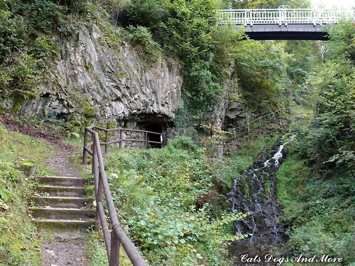 Grotte in unmittelbarer Nähe zur Fahrstraße